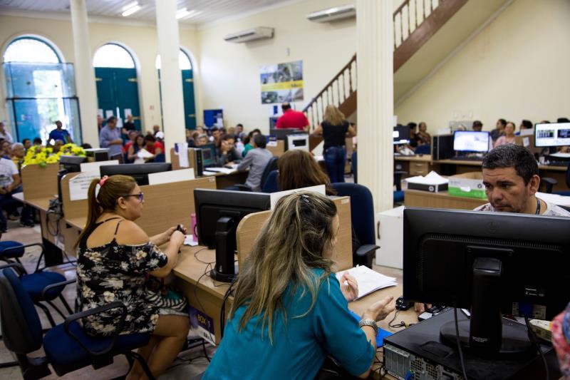 Os contribuintes de Belém estão recebendo nas residências os carnês para pagamento do IPTU 2019 desde a semana passada e o atendimento presencial segue no horário comercial nas centrais de atendimento da Sefin.