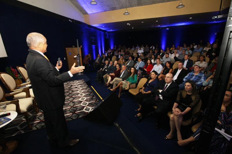 O jurista e professor Edmundo Oliveira apresentou o projeto da Universidade Mundial de Segurança para o público presente.