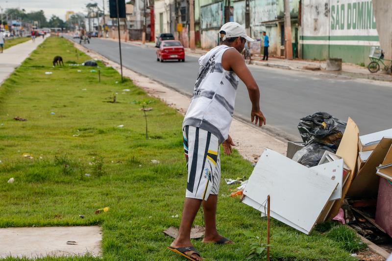O trecho recém saneado e urbanizado da avenida Bernardo Sayão recebe diariamente montanhas de lixo e de entulho