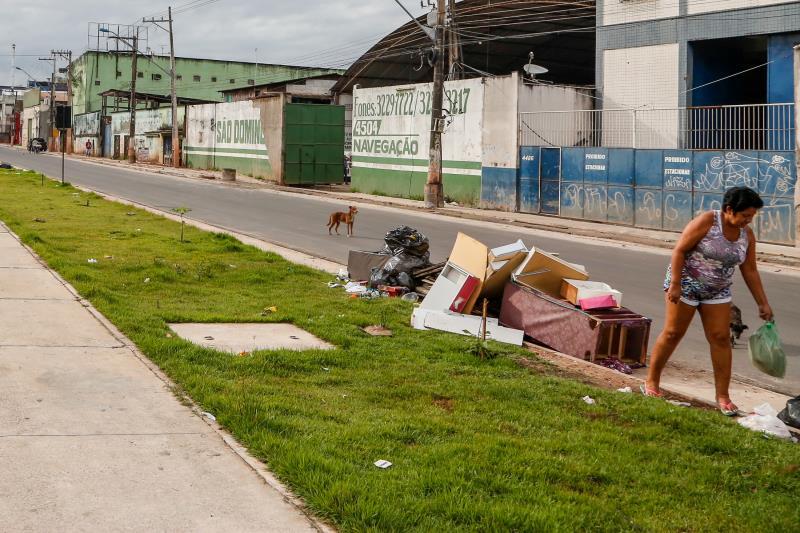 A moradora da área flagrada por nossa equipe jogando uma sacola de lixo no canteiro não demonstrou preocupação com a limpeza do lugar onde vive