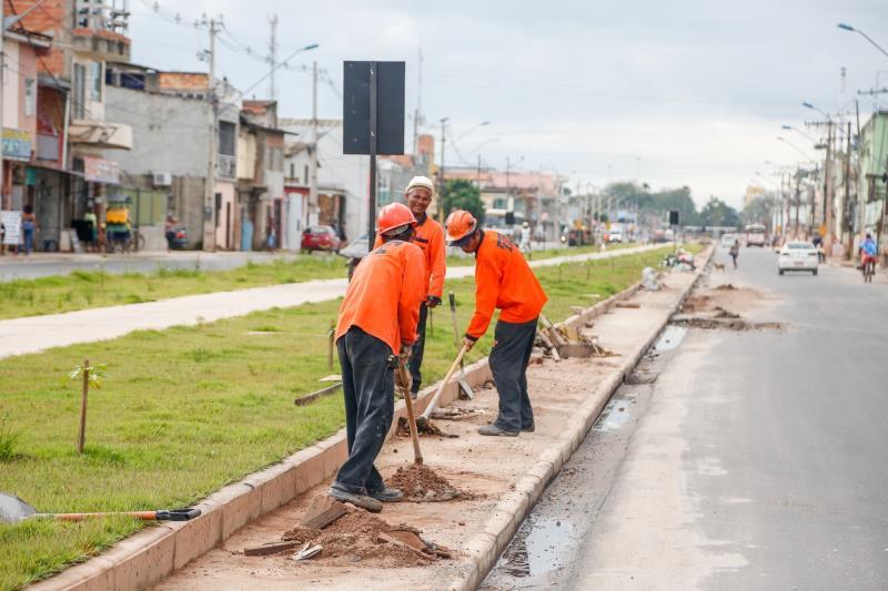 Neste sábado, 26, duas equipes de operários da empresa executora da obra fizeram um mutirão de limpeza na via, por orientação do Programa Sanear Belém