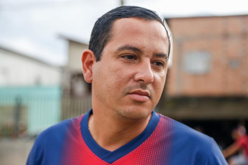 """""""A gente fica envergonhado, se sente triste"""", desabafa o assistente administrativo Carlos Gama, morador da área, sobre a cena de sujeira e lixo"""