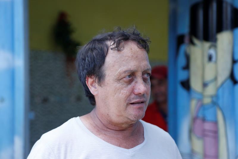 Na hora do incêndio, o proprietário do Centro Educacional do bairro, Adonis Heloin, ajudou no combate as chamas.