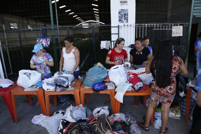 Centenas de pessoas levaram doações de roupas, sapatos e cestas básicas durante toda a manhã, em um dos postos de doação.