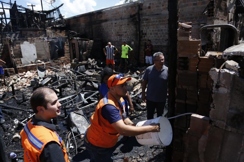 A Defesa Civil esteve desde a noite de ontem, 31, no terreno atingido pelo incêndio. Nesta sexta-feira, 01, o prefeito Zenaldo Coutinho foi ao local.