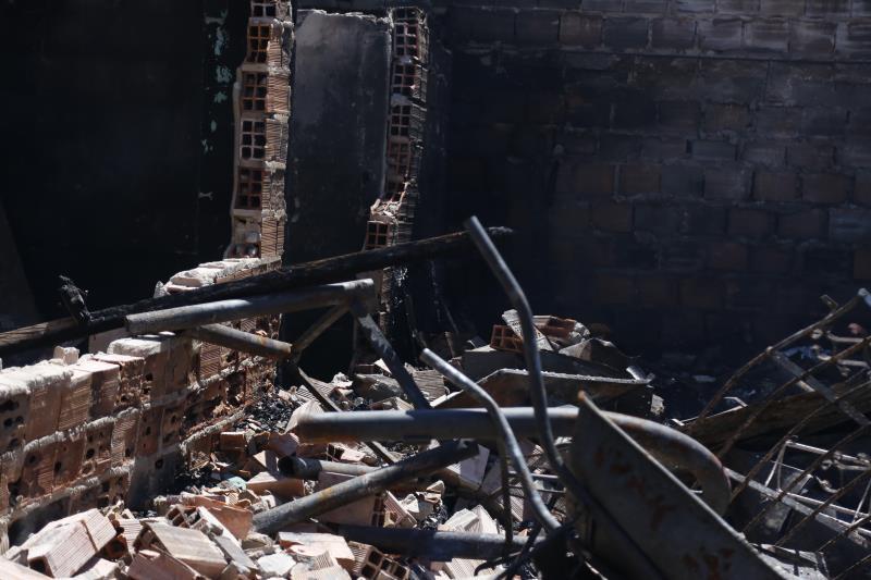 Cerca de 15 casas foram totalmente destruídas pelas chamas do incêndio.