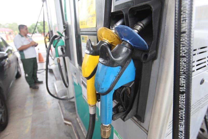 """Fiscais da Proteção e Defesa do Consumidor (Procon) da Secretaria de Estado de Justiça e Direitos Humanos ( Sejudh) continuam nas ruas averiguando (foto) a comercialização nos postos de combustíveis da Região Metropolitana de Belém. Na manhã desta terça-feira (5), a atuação do Procon contou com o auxílio de dois fiscais da Agência Nacional do Petróleo, Gás Natural e Biocombustíveis (ANP) """" O objetivo dessa nossa fiscalização é verificar se o desconto de R$ 0,46 no preço do litro do diesel, determinado pelo Governo Federal, está sendo repassado em sua totalidade pelos postos revendedores de combustíveis"""", disse o fiscal da ANP, Leônidas Vilhena.  FOTO: MARCELO LELIS / AG. PARÁ DATA: 05.06.2018 BELÉM - PARÁ"""