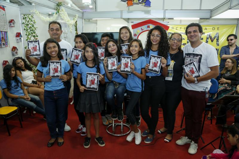No lançamento do livro, alguns alunos leram trechos da obra, houve música ao vivo, sessão de autógrafos e distribuição do livro.