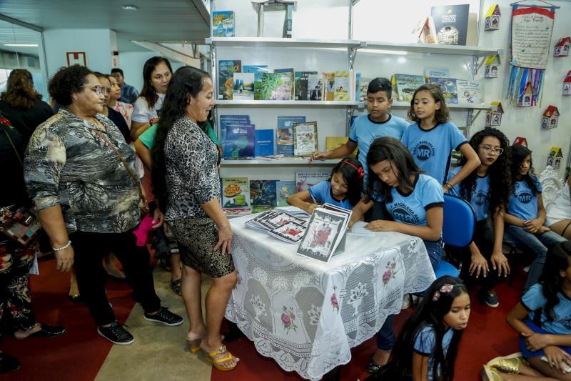 """Muita alegria e satisfação marcaram o lançamento do livro """"Morrendo de Medo em Icoaraci"""", com histórias de visagens e assombrações produzidas pelos alunos de 10 a 16 anos, do 5º ao 9º da escola municipal Madalena Raad, localizada no bairro da Agulha, em Icoaraci."""