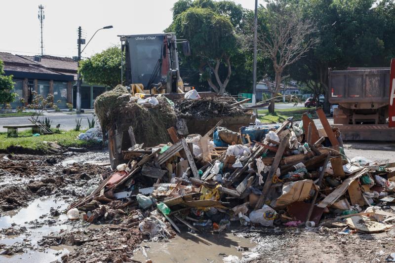 A presença constante do lixo incomoda quem mora próximo à rua da Mata com passagem Mirandinha, no bairro da Marambaia.