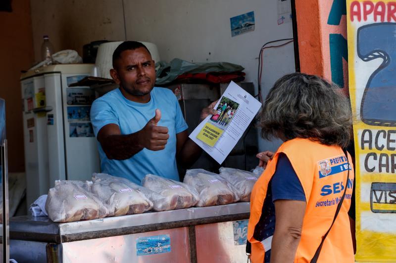 Anderson Cavalcante trabalha com venda de frangos bem em frente ao local onde a comunidade se acostumou a descartar lixo e entulho.