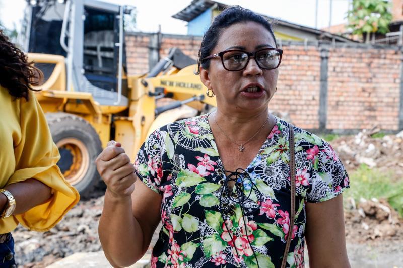 A batedora de açaí Sandra Duarte conta que vem gente de longe descartar 'porcarias' neste local que fica na entrada de um terreno recentemente invadido.