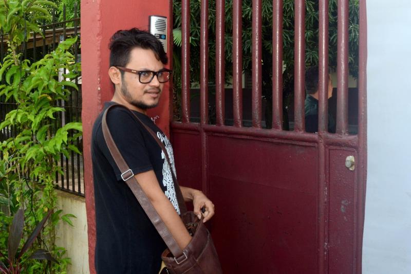 O professor de Língua Portuguesa, Benedito Souza, chegou às 8h01 e encontrou os portões  fechados da Escola Cristo Redentor.