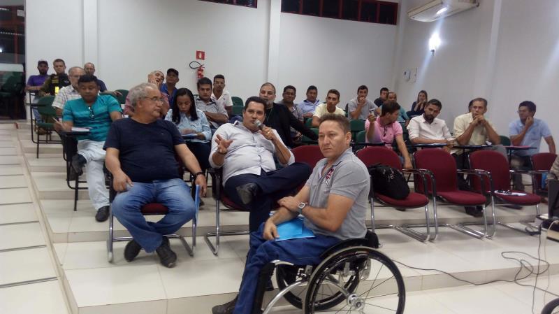 A participação de moradores de Marabá e outros municípios do entorno, no sudeste do Pará, foi expressiva na audiência pública (foto) sobre transporte de passageiros na mobilidade intermunicipal, a segunda promovida em julho pela Secretaria de Estado de Transportes (Setran). O encontro ocorreu na sede da Ordem dos Advogados do Brasil, Subseção Marabá, na noite de quinta-feira (5). O objetivo da reunião, coordenada pelo engenheiro Rodrigo Nassar, diretor de Planejamento da Setran, foi ouvir a população sobre o estabelecimento de um novo modelo de política pública para o transporte intermunicipal no Pará, além de fomentar discussões sobre o assunto entre a sociedade local, a fim de demarcar os processos de outorga de serviços de transporte rodoviário e hidroviário de passageiros.  FOTO: ASCOM / SETRAN DATA: 06.07.2018 MARABÁ - PARÁ