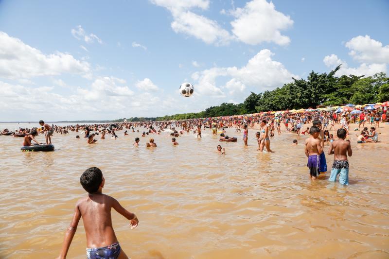 A diversão era para todas as idades, crianças, jovens e idosos disputavam um espaço na areia da Praia Grande