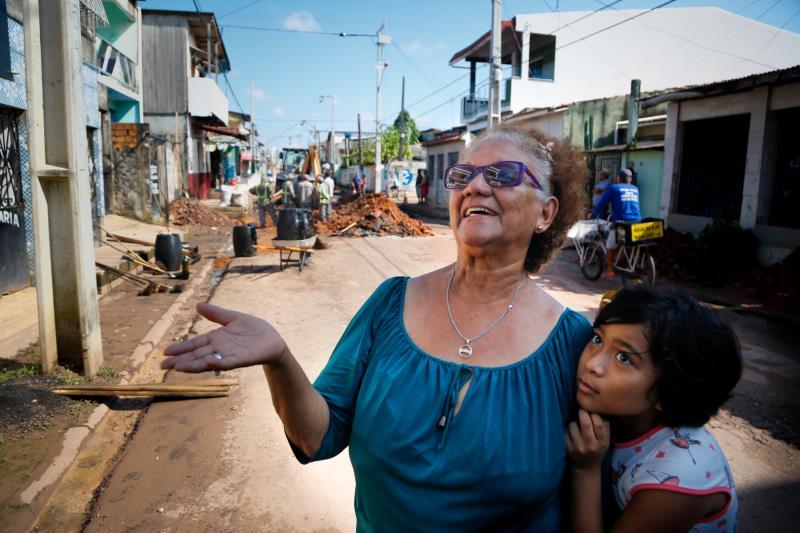 Prefeito Visita Obras na Terra Firme e Sacramenta   Na foto; A aposentada, Maria José Santos  Obra na Rua 2 de Junho- Terra Firme