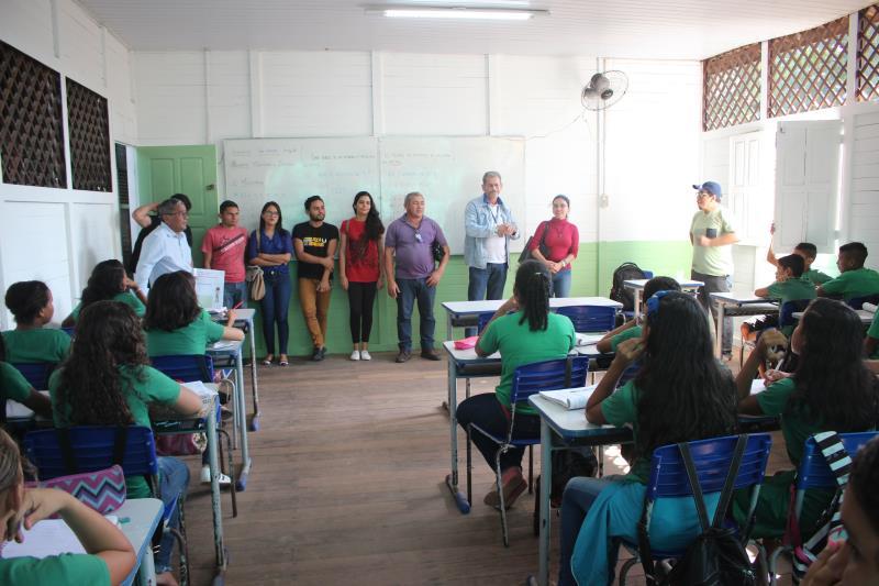 Equipe apresentando à turma de 8º ano, da Faveira, anexo da Funbosque.