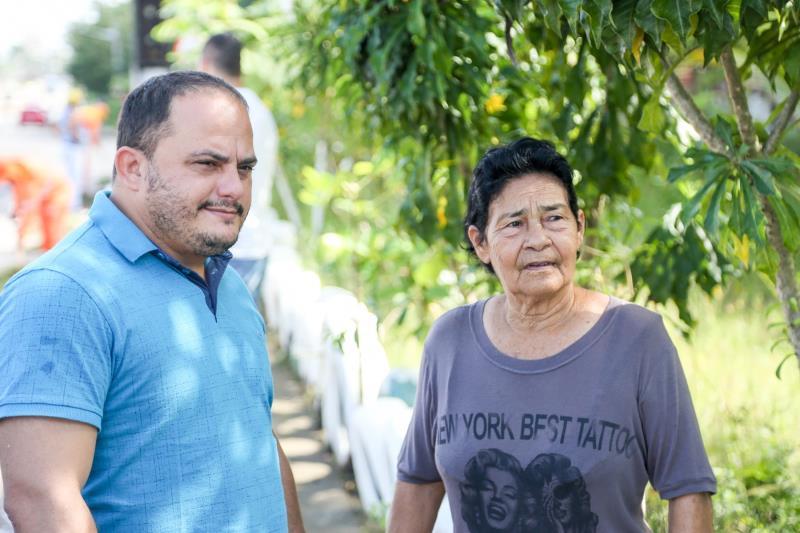 Secretário Cláudio Mercês e Dona Madá - Limpeza - Trabalho Comunitário Dona Fafá Foto: Fernando Sette.