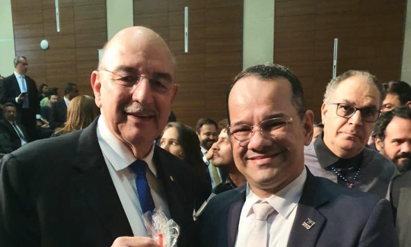 O ministro da Cidadania, Osmar Gasparini Terra (à esquerda), fez a entrega simbólica da cartilha da Proerd aos presentes, assim como, a Nelcy Colares