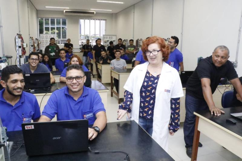 Professora Lorena Trescastro, com a turma de Técnico em Automação Industrial do Senai
