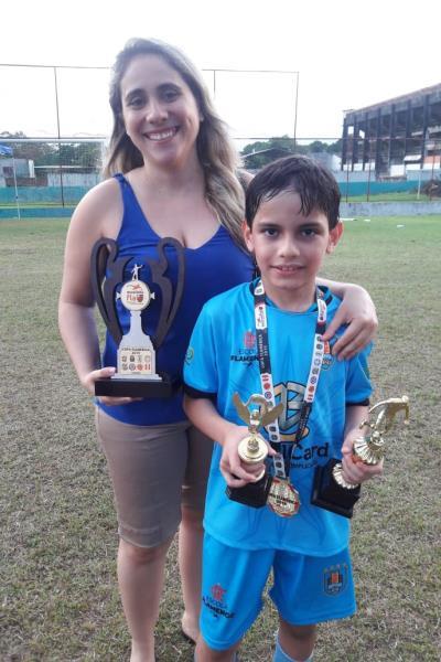 Juliano, com a mãe Marla: melhor jogador, artilheiro e campeão sub-9 na Copa Flamérica