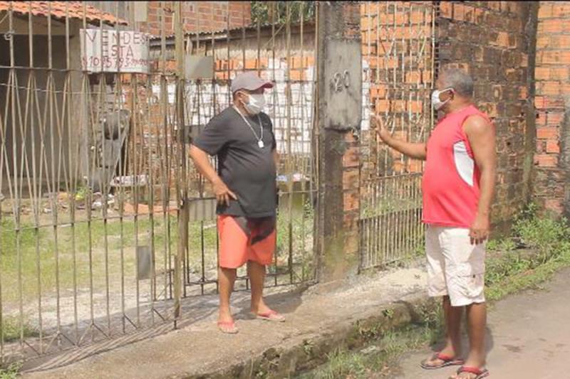 Gregório Paulo, que mora em frente da casa de Rogério, foi o primeiro a cumprimentá-lo depois da cura. Ele mobilizou a vizinhança para ajudar Rogério, em um exemplo de solidariedade.