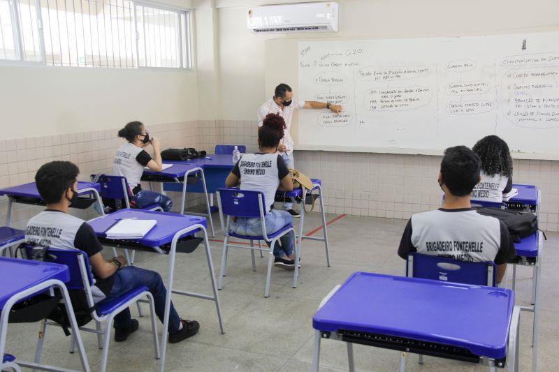 Alunos e professor em aula presencial, nesta segunda-feira (2), cumprindo com rigor as medidas protocolares e preventivas de Saúde