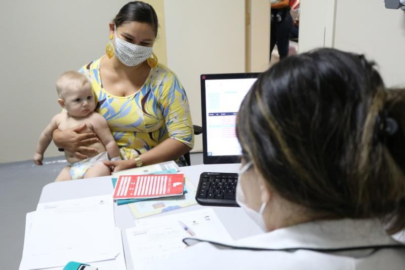 Mãe recebe orientações com pediatra do HMIB.