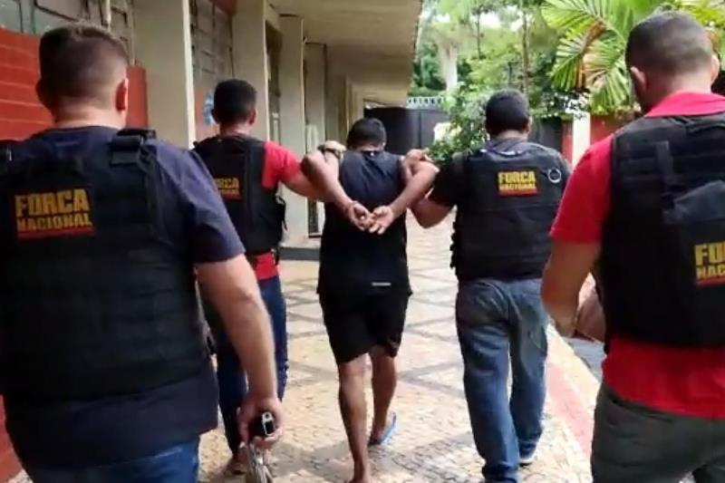 """O acusado Jorge Luís Miranda Pereira, conhecido como """"Nena"""" (c), é conduzido por agentes da força-tarefa após ser preso em Goiânia"""