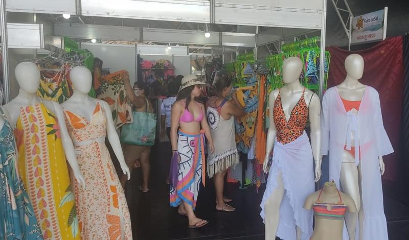 Estandes de moda praia são um dos atrativos da feira