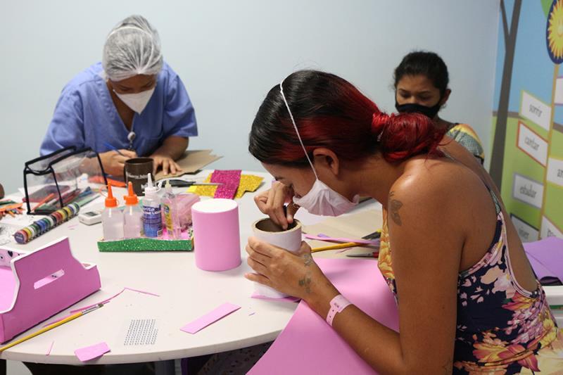 Grupo de mães na produção dos Kit de higiene do bebê- Pró-Saúde