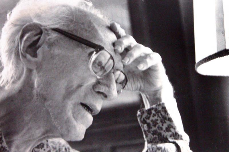 Maestro Waldemar Henrique  escrevendo uma de suas cartas