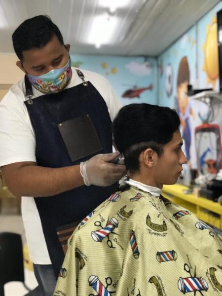 O barbeiro Everton Santos também apostou na venda de máscaras de tecido para aumentar a renda