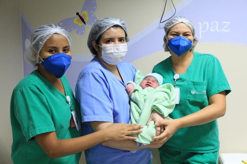 Equipe de enfermagem com o Isaque, após nascimento - Pró-Saúde