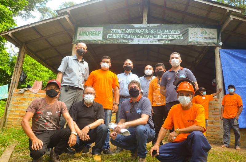 Representantes da STIHL com manejadores florestais da Resex Arióca Pruanã