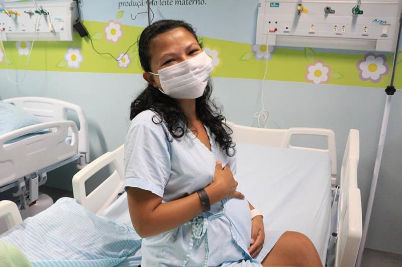 Geovana Caldas no leito do HMIB para cuidados curante a gestação.