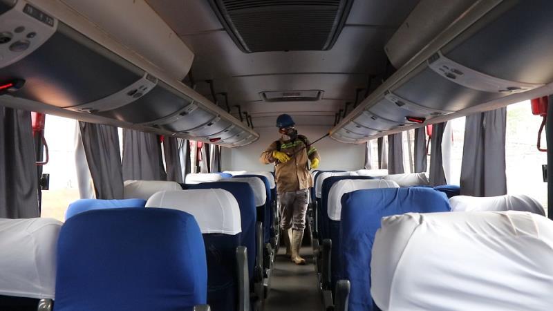 Desinfecção de ônibus com pulverização.
