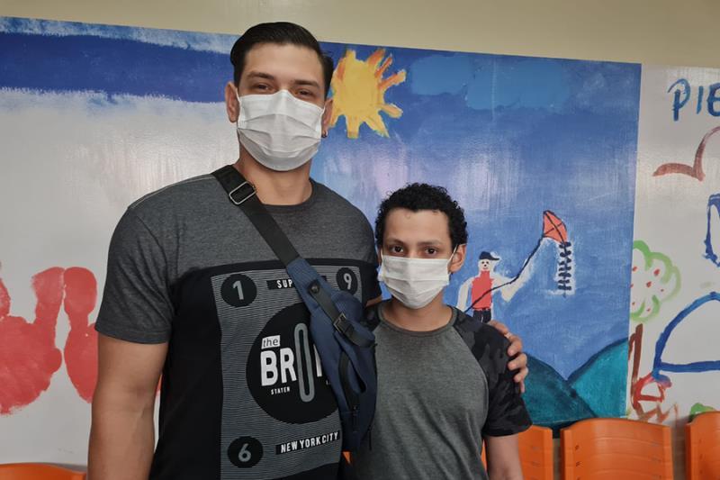 Jeferson e o filho Maik, os cuidados foram redobrados. Foto Ascom Pró-Saúde.