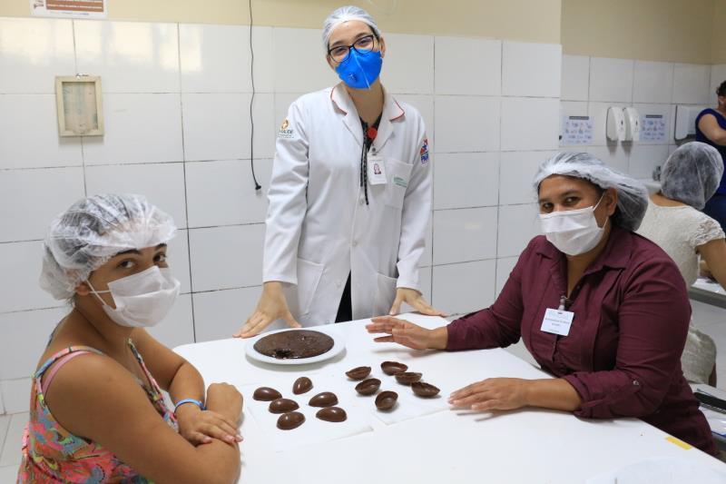 As usuárias recebem orientações com nutricionista, cozinheiras e terapeuta ocupacional para produzir ovos de Páscoa no HMIB