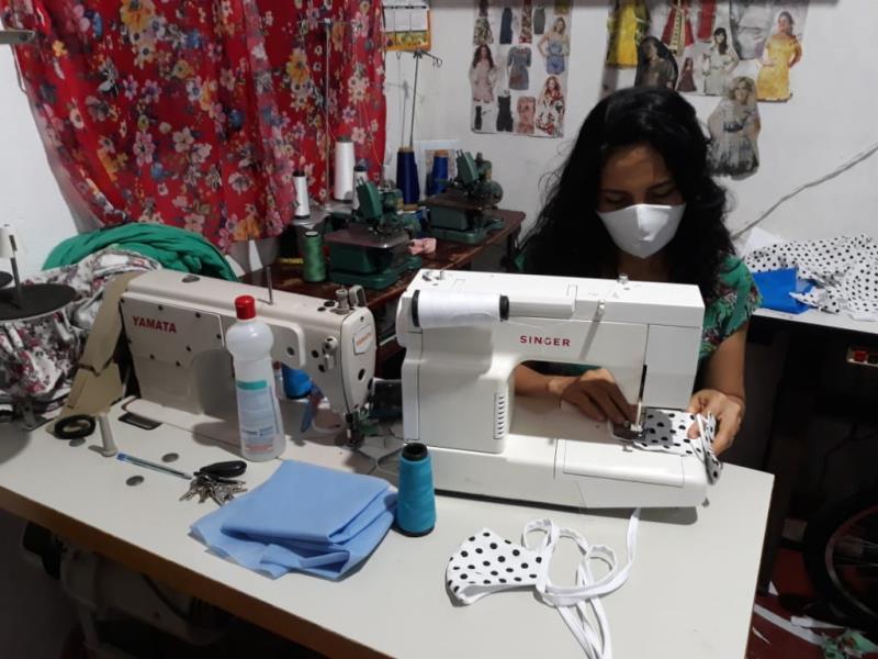 As mudanças na economia provocada pelo avanço da Covid-19 fez Jucilene Cavalcante trocar a produção de vestidos pela confeccção de máscaras caseiras