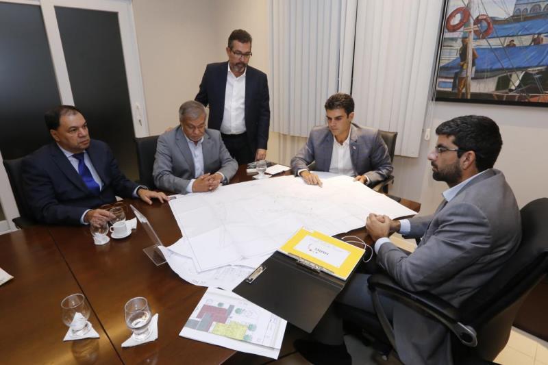 O governador Helder Barbalho, o prefeito Manoel Pioneiro e outras autoridades na reunião