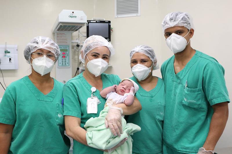 Enfermeira Andréia e equipe no nascimento do bebê 4 mil.
