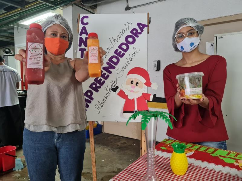 Dandhara e a sua mãe na feira do canto da empreendedora