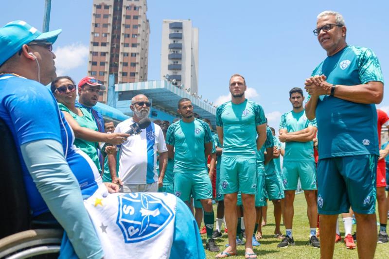 Jogadores e comissão técnica do Paysandu foram recepcionados por torcedores nesta terça-feira