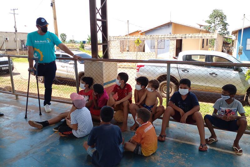 Alunos do Futebol Social recebem visita do atleta olímpico Lars Grael.