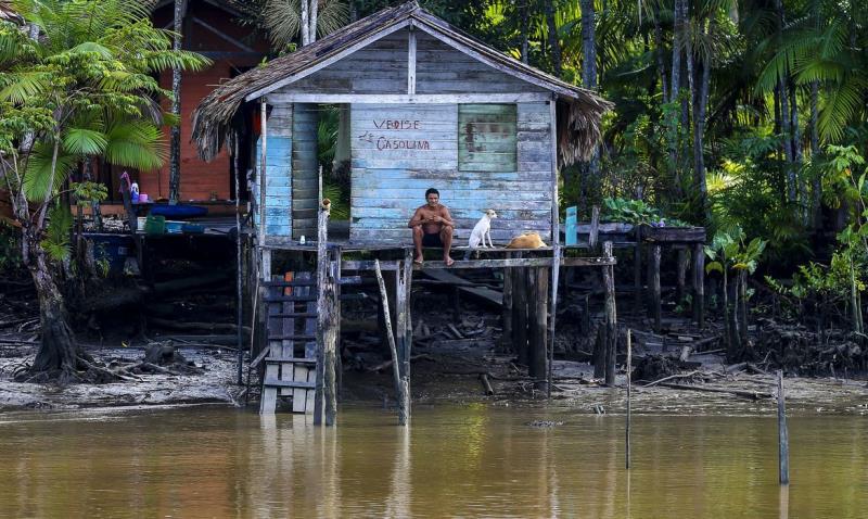 Moradores de comunidades ribeirinhas, no arquipélago do Marajó