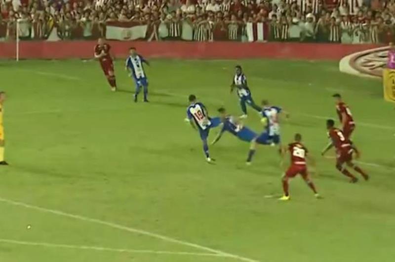 O lance polêmico do jogo, que resultou na marcação de pênalti contra o Paysandu