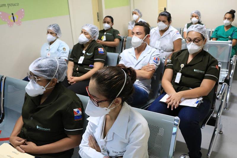 Equipe assistencial acompanha a live do HMIB e HSL