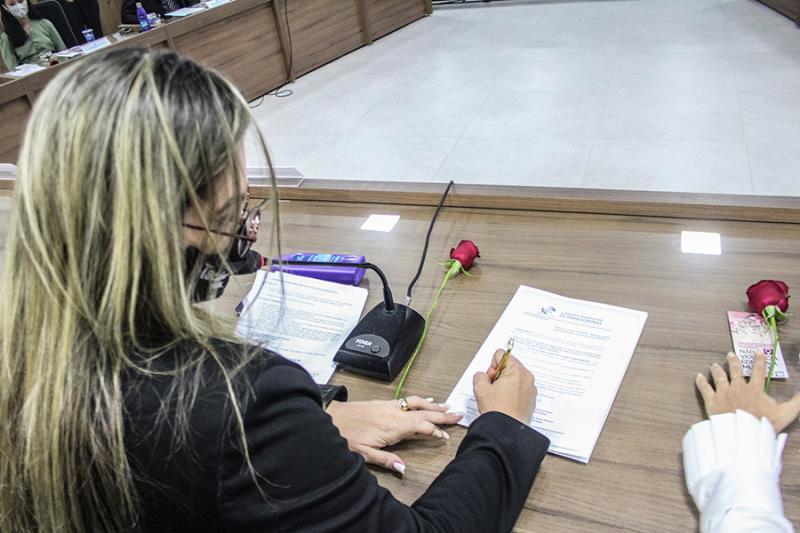 """Vereadora Tatiane Helena promulga a Resolução 002/2021 que institui o Título de Mérito """"Mulher Cidadã Paragominense"""" e dá outra providências"""