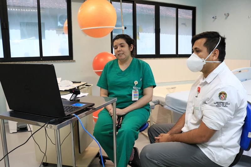 Apresentação pela enfermeira Natália Cunha da live assitência mãe bebê.